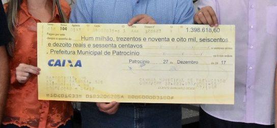 Entrega simbólica do cheque da Câmara à Prefeitura